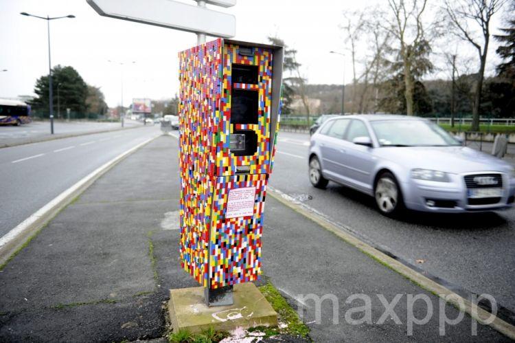 Street art: le radar en Lego à Toulouse, un happening de l'artiste Chat Maigre